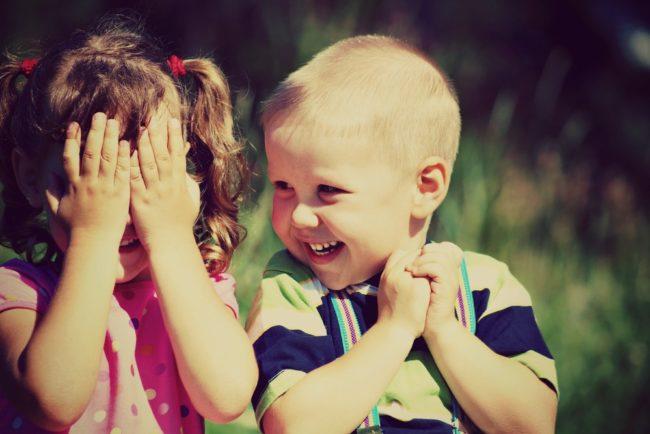 Како реаговати када деца једно другом показују интимне делове тела (питање родитеља)